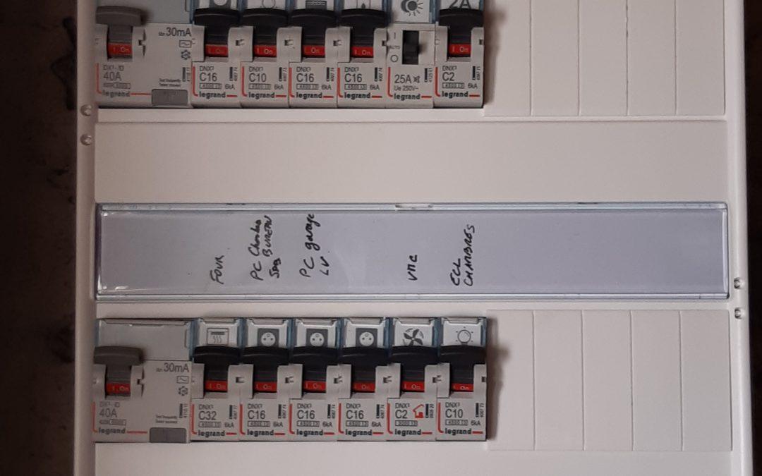 Installation hier d'un tableau électrique Legrand à La Jarne.