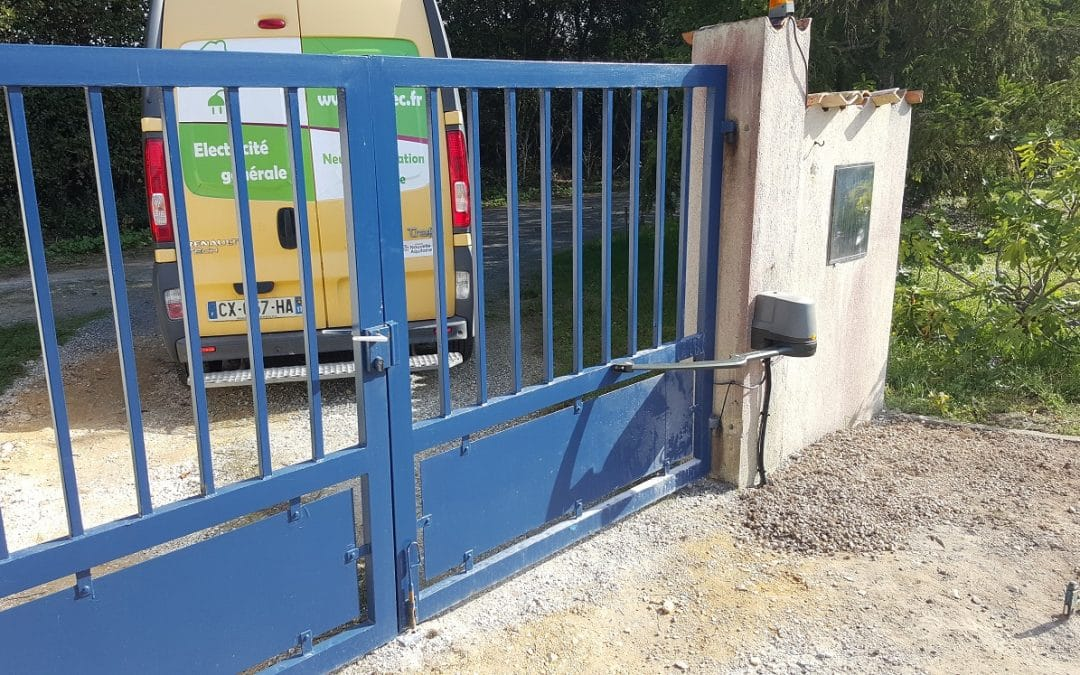 Installation d'un moteur Somfy sur un portail 2 vantaux à La Jarne.