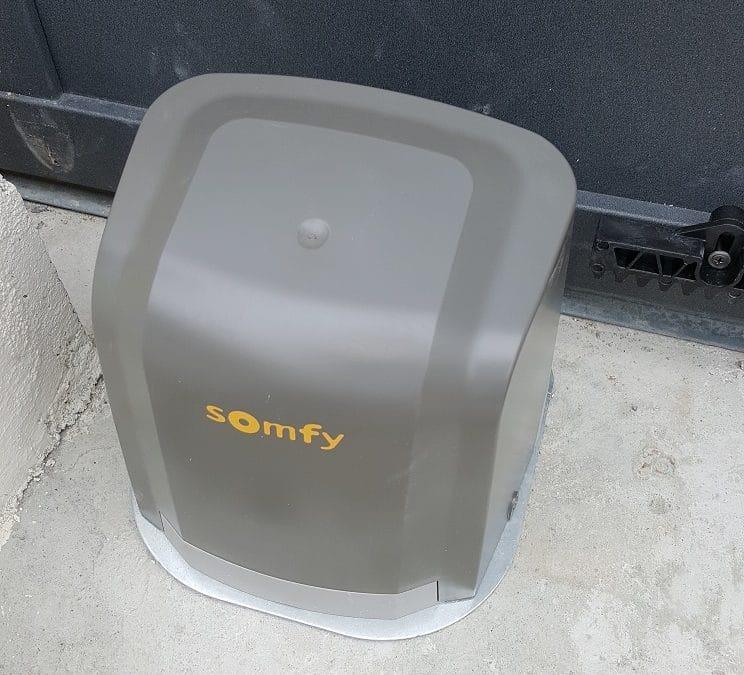 Découvrez la pose d'un moteur Somfy pour un portail coulissant à Marsilly près de La-Rochelle.