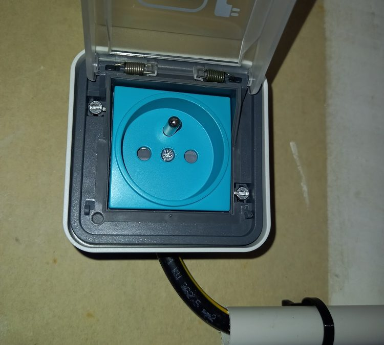 Pose d'une prise électrique Hager pour véhicule hybride ou 100% électrique