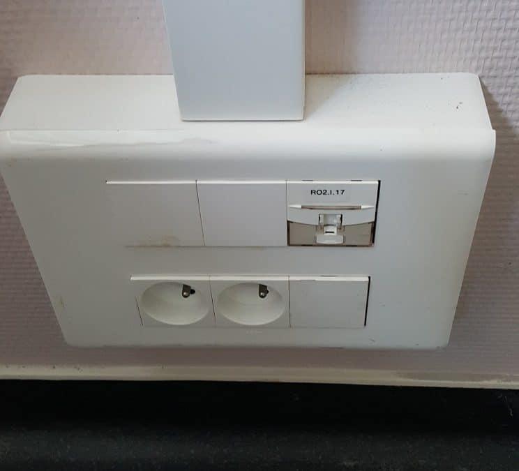 Travaux électriques à La-Rochelle pour remplacer des prises électriques et prises réseau dans des bureaux